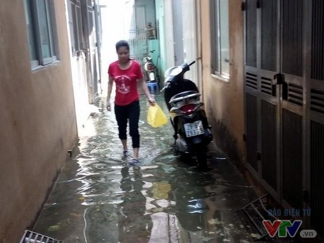 Nước ngập như sông giữa lòng Thủ đô sau 6 ngày bão qua - Ảnh 6.