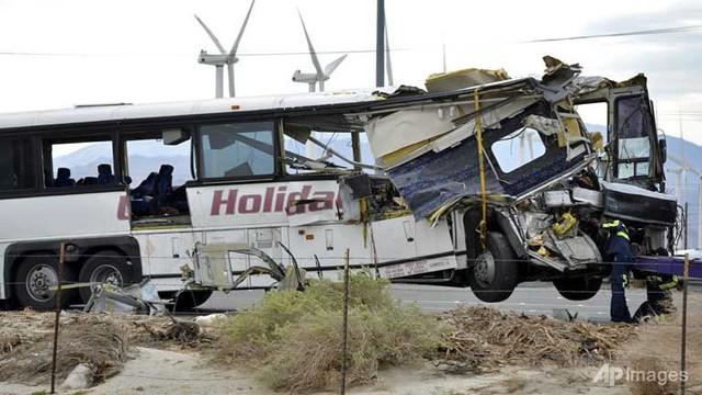 Mỹ: Xe bus đâm xe tải đầu kéo, ít nhất 13 người thiệt mạng - Ảnh 1.