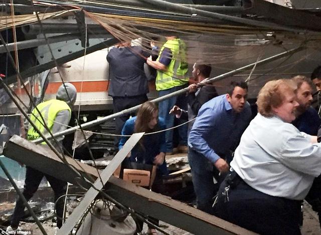 Tai nạn tàu hỏa tại Mỹ: 3 người vẫn nguy kịch - Ảnh 2.