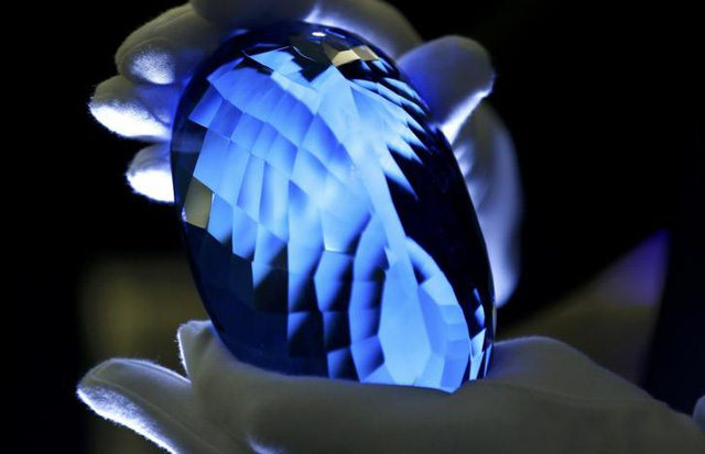 Sắp trưng bày viên đá quý topaz màu xanh lớn nhất thế giới - Ảnh 1.