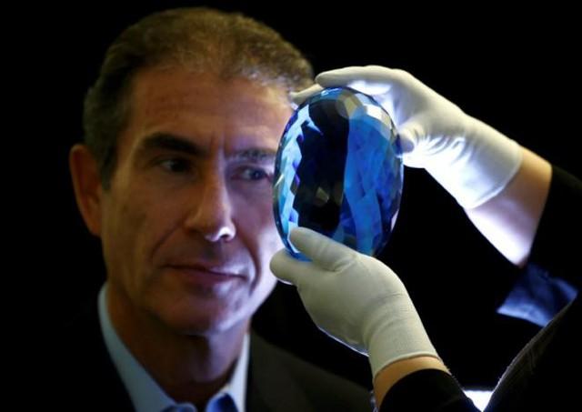 Sắp trưng bày viên đá quý topaz màu xanh lớn nhất thế giới - Ảnh 2.