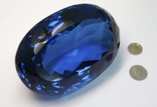 Sắp trưng bày viên đá quý topaz màu xanh lớn nhất thế giới - Ảnh 3.