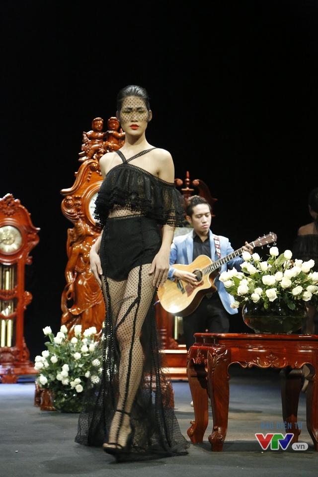 Những BST độc, lạ trên sàn diễn thời trang cao cấp Việt Nam - Ảnh 2.