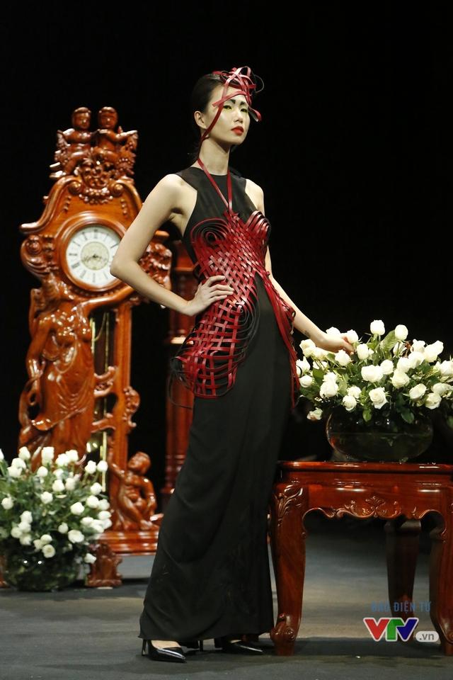 Những BST độc, lạ trên sàn diễn thời trang cao cấp Việt Nam - Ảnh 5.