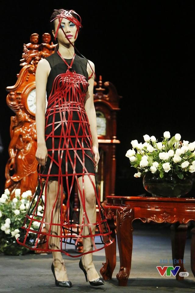 Những BST độc, lạ trên sàn diễn thời trang cao cấp Việt Nam - Ảnh 4.