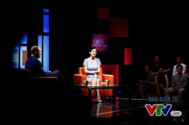 Hoàng tử William và những hình ảnh tại trường quay Talk Vietnam - Ảnh 5.