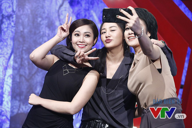 Văn Mai Hương nhí nhố selfie, đọ dáng với MC VTV - Ảnh 2.