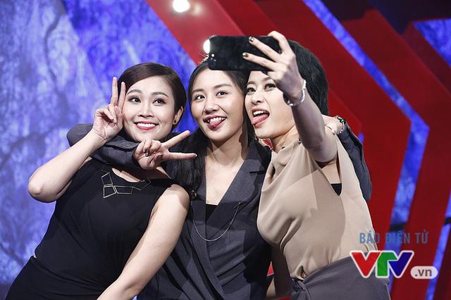 Văn Mai Hương nhí nhố selfie, đọ dáng với MC VTV - Ảnh 1.