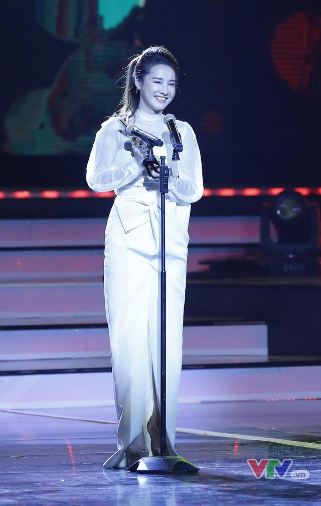 Nhã Phương giành cúp VTV Awards lần 2 với Zippo, mù tạt và em - Ảnh 1.