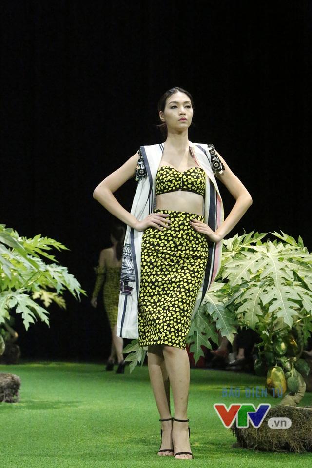 Mốt xuyên thấu, cut-out táo bạo được lăng-xê ở Tuần lễ thời trang Xuân Hè 2017 - Ảnh 4.