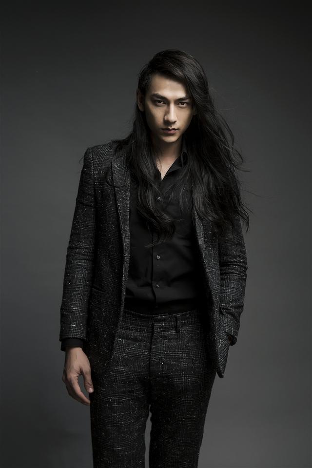 Để tóc dài hoang dại, nam thần Isaac làm fan khóc thét - Ảnh 4.