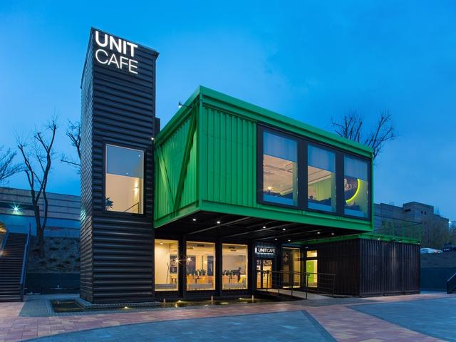 Quán cà phê rực rỡ được thiết kế từ container - Ảnh 1.
