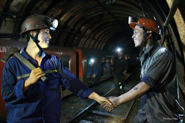 Khoảnh khắc chân thật về cuộc sống của những người thợ mỏ ở Quảng Ninh - Ảnh 1.