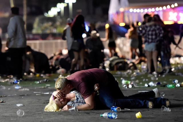 Những hình ảnh kinh hoàng từ hiện trường vụ xả súng tại Las Vegas - Ảnh 1.