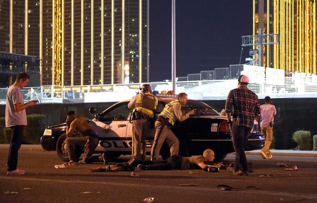Những hình ảnh kinh hoàng từ hiện trường vụ xả súng tại Las Vegas - Ảnh 2.