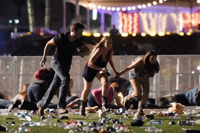 Những hình ảnh kinh hoàng từ hiện trường vụ xả súng tại Las Vegas - Ảnh 3.