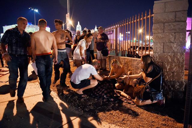 Những hình ảnh kinh hoàng từ hiện trường vụ xả súng tại Las Vegas - Ảnh 4.