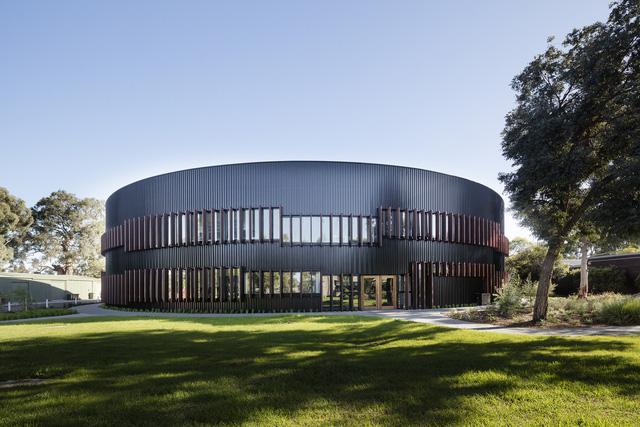Ấn tượng ngôi trường với không gian ngập tràn sắc màu - Ảnh 1.