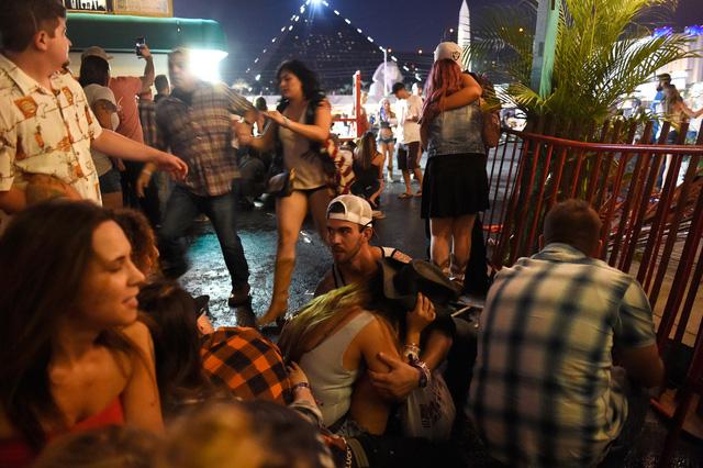 Những hình ảnh kinh hoàng từ hiện trường vụ xả súng tại Las Vegas - Ảnh 6.