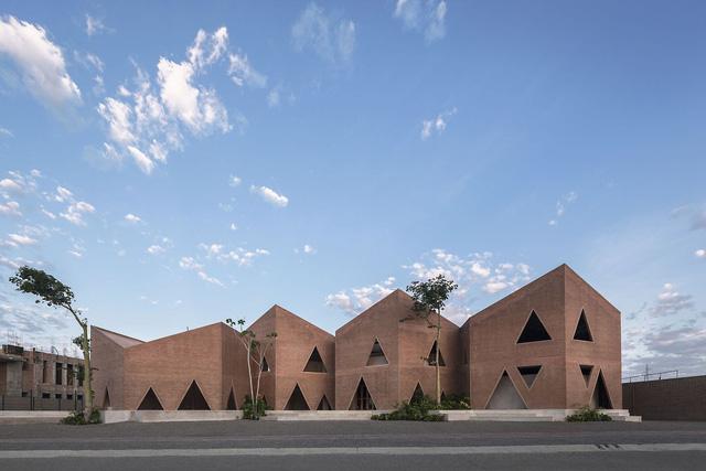 Độc đáo ngôi trường nổi bật với họa tiết tam giác - Ảnh 1.
