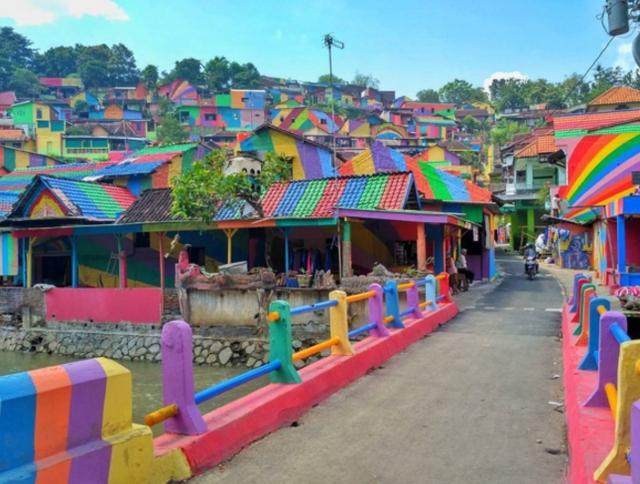 Khu ổ chuột ở Indonesia hóa làng cầu vồng tuyệt đẹp - Ảnh 7.