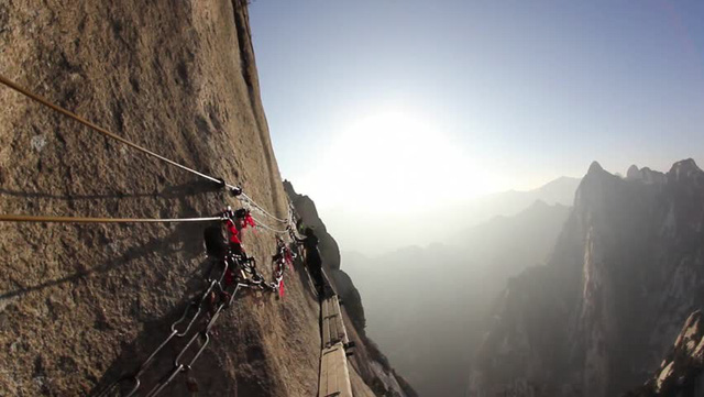 Núi Hoa Sơn - Con đường nguy hiểm nhất thế giới trên ván gỗ - Ảnh 2.