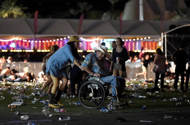 Những hình ảnh kinh hoàng từ hiện trường vụ xả súng tại Las Vegas - Ảnh 8.