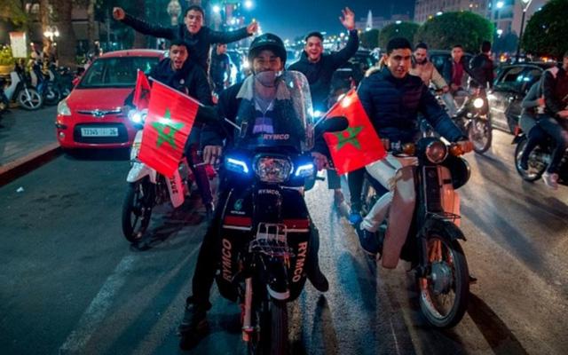 [CHÙM ẢNH] Người dân Maroc tràn xuống đường ăn mừng vé dự World Cup 2018 - Ảnh 11.