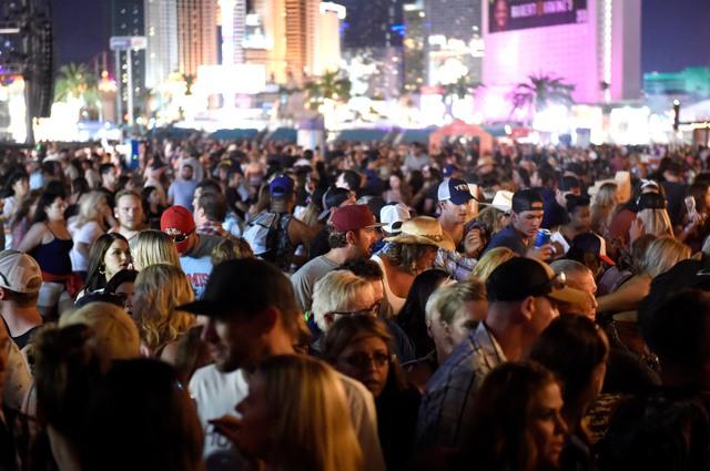 Những hình ảnh kinh hoàng từ hiện trường vụ xả súng tại Las Vegas - Ảnh 9.