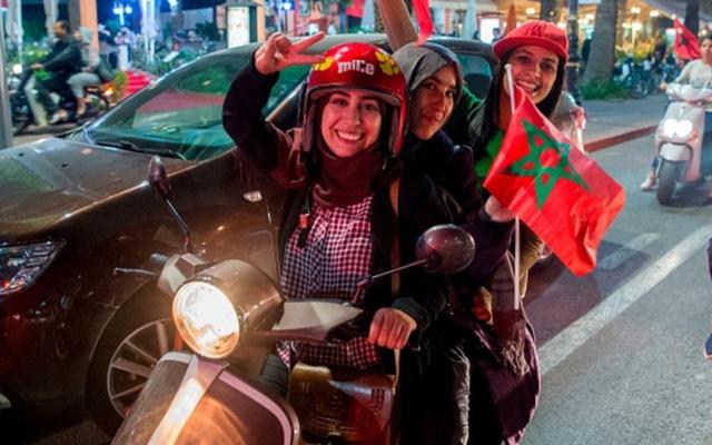 [CHÙM ẢNH] Người dân Maroc tràn xuống đường ăn mừng vé dự World Cup 2018 - Ảnh 12.