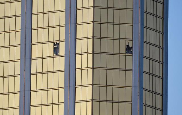 Những hình ảnh kinh hoàng từ hiện trường vụ xả súng tại Las Vegas - Ảnh 10.