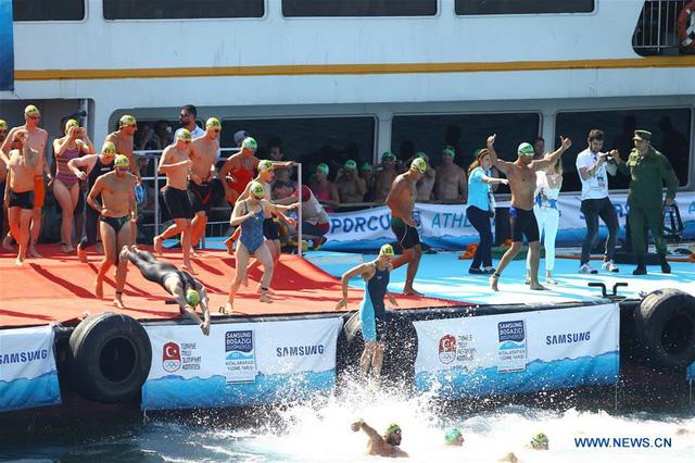 2.000 người thi bơi từ châu Á sang châu Âu - Ảnh 1.