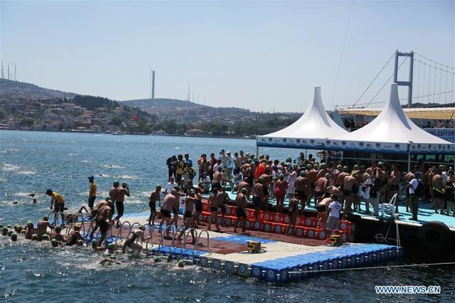 2.000 người thi bơi từ châu Á sang châu Âu - Ảnh 2.