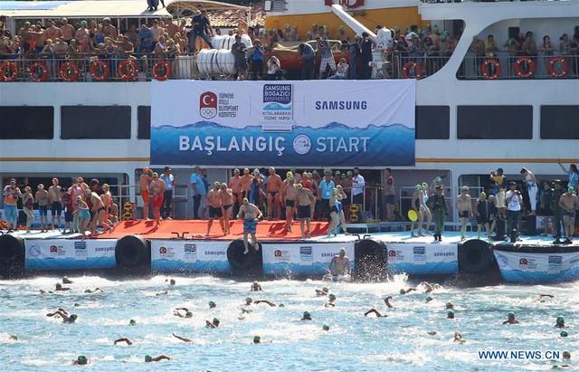 2.000 người thi bơi từ châu Á sang châu Âu - Ảnh 3.