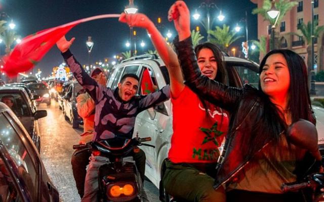 [CHÙM ẢNH] Người dân Maroc tràn xuống đường ăn mừng vé dự World Cup 2018 - Ảnh 14.