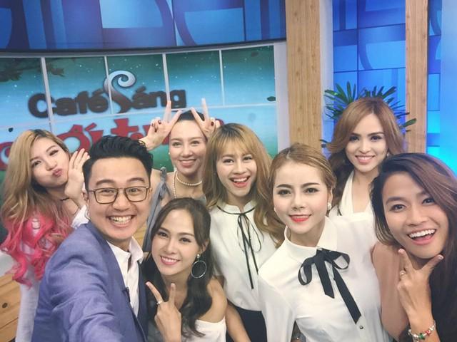 Những khoảnh khắc hậu trường vui nhộn của dàn MC Café Sáng với VTV3 - Ảnh 9.