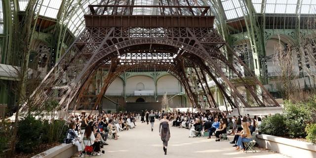 Chanel mang tháp Eiffel lên sàn diễn thời trang cao cấp - Ảnh 1.