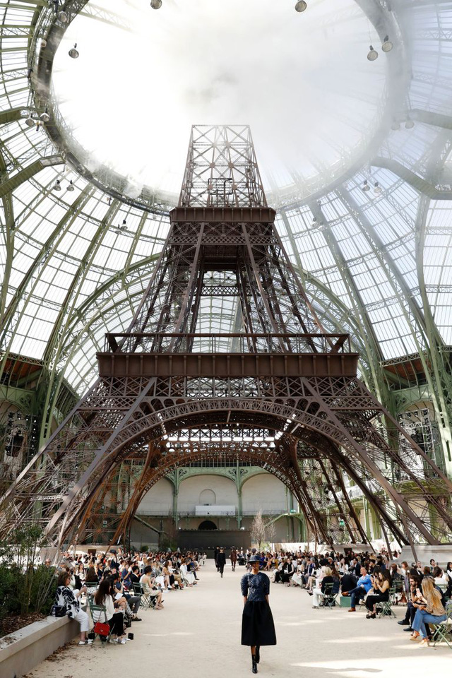 Chanel mang tháp Eiffel lên sàn diễn thời trang cao cấp - Ảnh 2.