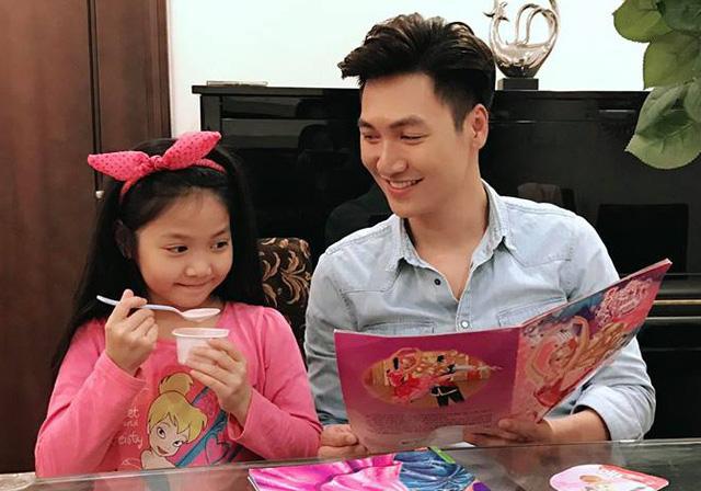 Nhìn những hình ảnh này, ai cũng phải công nhận Mạnh Trường là ông bố tuyệt vời của showbiz Việt - Ảnh 2.