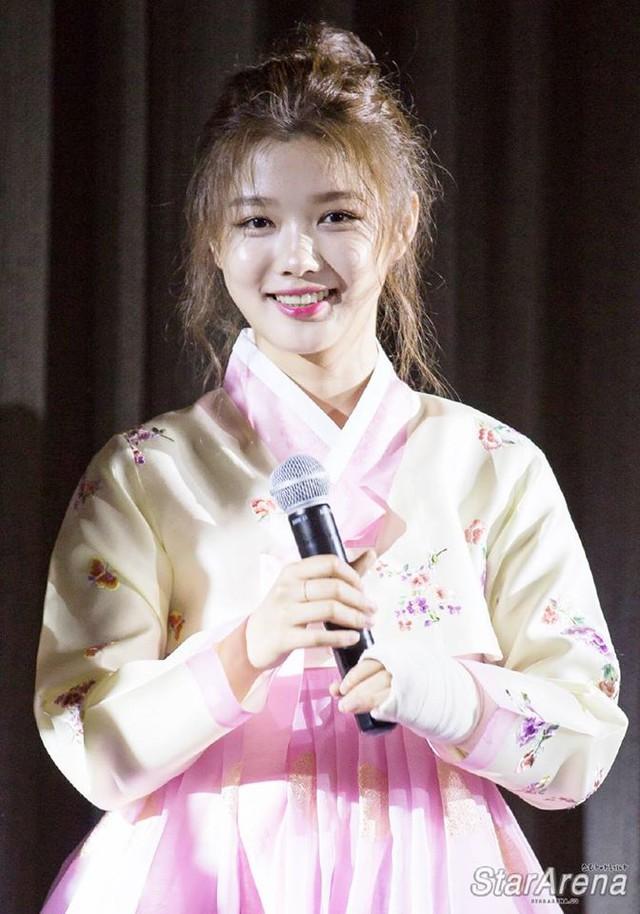 Tay băng bó, Kim Yoo Jung vẫn khiến fan đứng hình vì quá dễ thương - Ảnh 3.