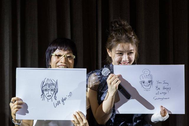 Tay băng bó, Kim Yoo Jung vẫn khiến fan đứng hình vì quá dễ thương - Ảnh 6.