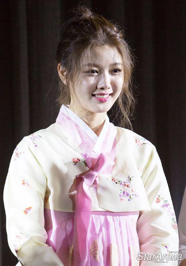 Tay băng bó, Kim Yoo Jung vẫn khiến fan đứng hình vì quá dễ thương - Ảnh 2.