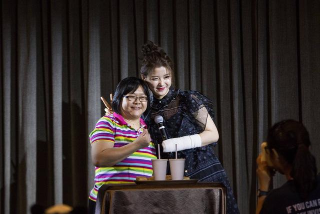 Tay băng bó, Kim Yoo Jung vẫn khiến fan đứng hình vì quá dễ thương - Ảnh 5.