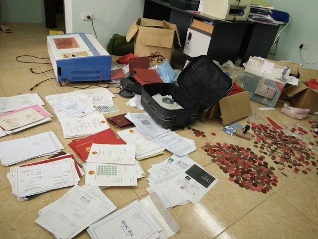 Hà Nội: Triệt phá xưởng sản xuất hàng ngàn con dấu giả, giấy tờ giả - Ảnh 1.