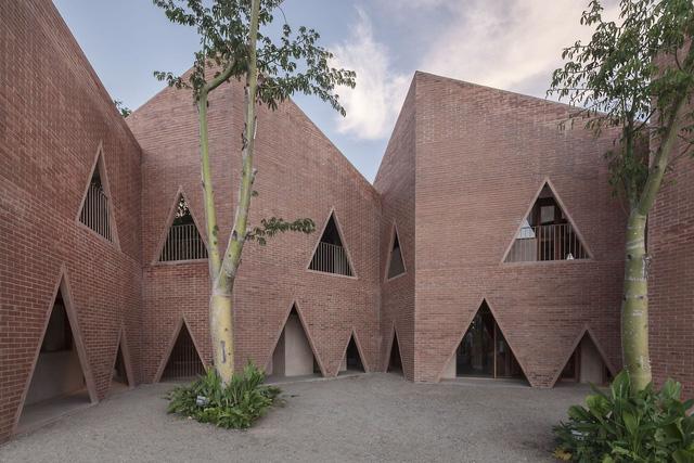 Độc đáo ngôi trường nổi bật với họa tiết tam giác - Ảnh 2.