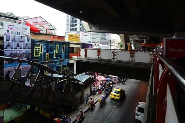 Ghé thăm hostel có tường cửa siêu độc ở Thái Lan - Ảnh 2.