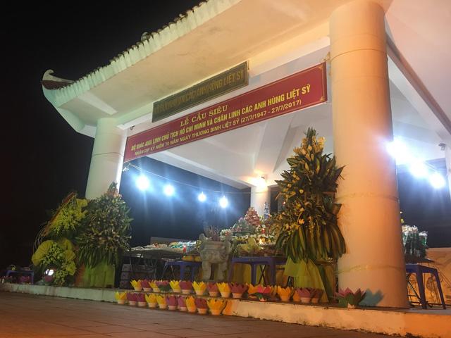 Thắp nến tri ân và thả đèn hoa đăng kỷ niệm ngày Thương binh - Liệt sỹ 27/7 - Ảnh 1.