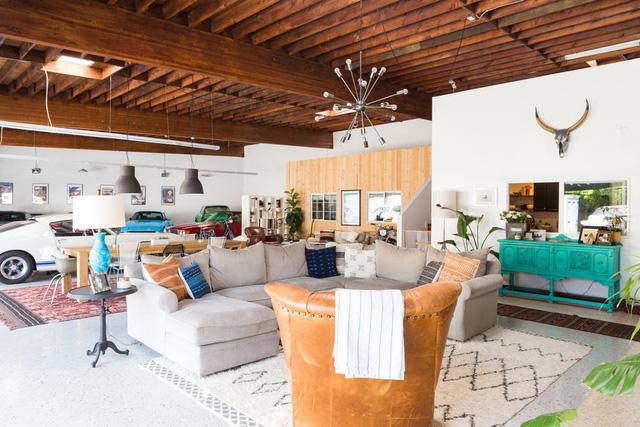 Độc đáo garage được hô biến thành nhà ở siêu đẹp - Ảnh 2.