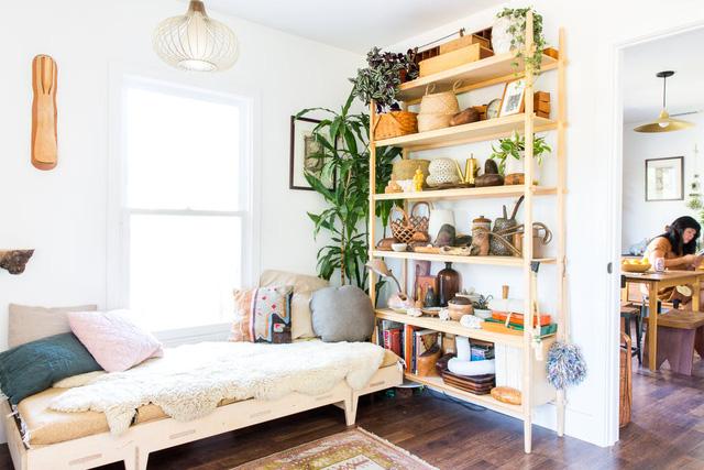 Ngôi nhà sàn gỗ mộc mạc với vô vàn đồ thủ công xinh xắn - Ảnh 1.