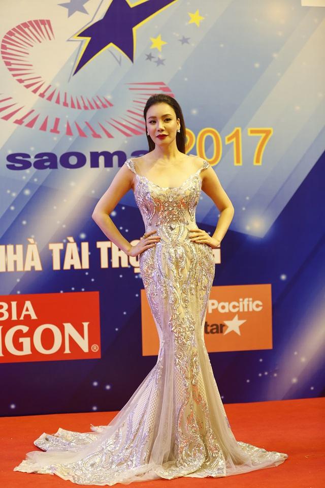 Hồ Quỳnh Hương khoe dáng nuột nà trên thảm đỏ Sao Mai - Ảnh 3.